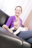 De jongen van de moeder en van de baby om te lezen Stock Afbeelding