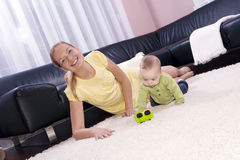 De jongen van de moeder en van de baby om te spelen. Royalty-vrije Stock Foto's