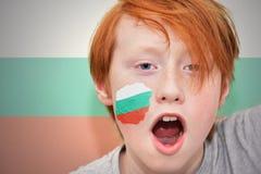 De jongen van de roodharigeventilator met Bulgaarse vlag schilderde op zijn gezicht Royalty-vrije Stock Fotografie