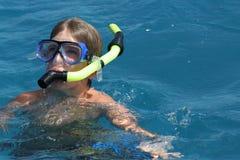 De jongen van de scuba-uitrusting in de oceaan royalty-vrije stock foto