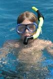 De jongen van de scuba-uitrusting in de oceaanverticaal royalty-vrije stock afbeeldingen