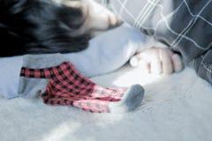 De jongen van de slaap in het seizoen van Kerstmis Royalty-vrije Stock Afbeeldingen