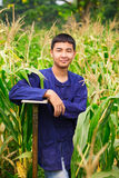 De jongen van de tiener in de landbouwer van Thailand dresss bij graangebied Stock Fotografie