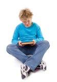 De jongen van de tiener met een boek stock afbeelding