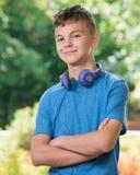 De jongen van de tiener met hoofdtelefoons Stock Fotografie