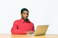 De Jongen van de tiener met Laptop Horizontale Computer - Royalty-vrije Stock Afbeelding