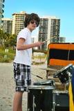 De jongen van de tiener met trommels op het strand royalty-vrije stock fotografie