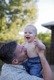 De jongen van de vader en van de baby het spelen Stock Foto