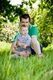 De jongen van de vader en van de baby in openlucht Stock Foto