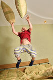 De jongen van de vlieg op bed stock fotografie