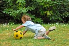De jongen van de voetbal Stock Foto