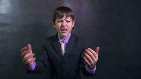 De jongen van de zakenman het boze tiener zweert schreeuwen langzame motie stock video