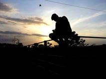 De Jongen van de zonsondergangboerderij stock fotografie