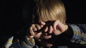 De jongen van drie jaar in dark is bang stock video