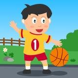 De Jongen van het basketbal in het Park Stock Fotografie