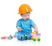 De jongen van het jonge geitje het spelen met bouwstenenstuk speelgoed Royalty-vrije Stock Afbeeldingen