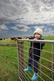 De jongen van het landbouwbedrijf op poort Royalty-vrije Stock Foto's