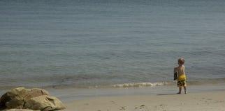 De Jongen van het strand stock afbeelding
