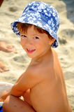 De jongen van het strand (jong geitje het spelen in het zand) Royalty-vrije Stock Foto