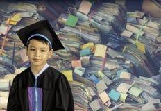 De jongen van kleuterschool een diploma die wordt behaald die Deze studie is de eerste om aan het volgende niveau Kleurrijke die  stock fotografie