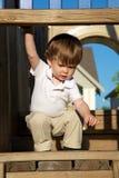 De jongen van Litte het spelen op speelplaats Stock Afbeelding