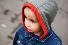 De jongen van Nice in de kap Stock Foto's