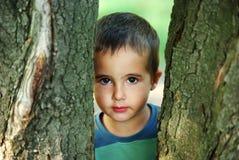 De jongen van Nice het verbergen Royalty-vrije Stock Foto's