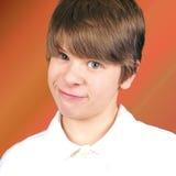 De jongen van Ornary met grijnslach Stock Foto