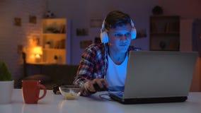 De jongen van de Overemotionaltiener het verliezen videospelletje, ontoereikende emotionele reactie, verslaafde stock video