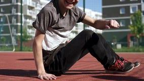 De jongen van de tiener met skateboard stock video