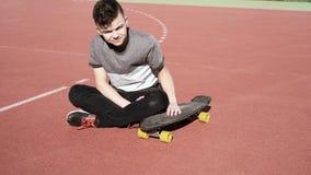 De jongen van de tiener met skateboard stock videobeelden