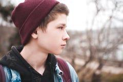 De jongen van de tiener in openlucht stock afbeeldingen