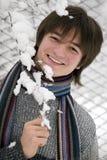 De jongen van tienerjaren met snowntak stock foto