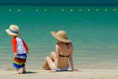 De jongen van de twee éénjarigenpeuter met moeder op strand royalty-vrije stock foto