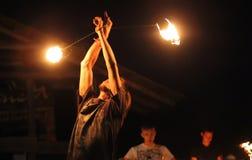 De jongen van Yong van de voorraadfoto bevallige het dansen hartstochtelijke dans met FI stock fotografie