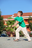 De jongen vangt de racket van het baltennis op strand royalty-vrije stock afbeeldingen