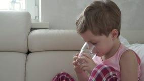 De jongen vangt een besmetting en neemt geneeskunde door spuit mondelinge spuit stock video