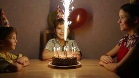 De jongen viert zijn verjaardag thuis met familie stock footage