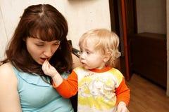 De jongen voedt mum Stock Foto