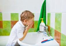 De jongen wast het gezicht Royalty-vrije Stock Foto