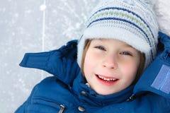 De jongen weinig heeft pret de winter openlucht Royalty-vrije Stock Foto