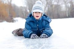 De jongen weinig heeft pret de winter openlucht Royalty-vrije Stock Foto's