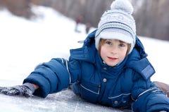 De jongen weinig heeft pret de winter openlucht Royalty-vrije Stock Afbeelding