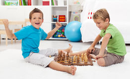 De jongen wint schaakspel royalty-vrije stock foto