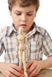 De jongen wordt gespeeld door houten weinig mannequin Stock Foto's
