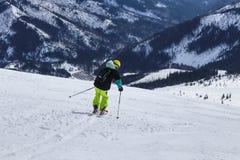 De jongen zet overkant voor volgende boog op hemel aan Een mannelijke skiër het ski?en freeride in de bergen van Slowakije, Lage  royalty-vrije stock foto's