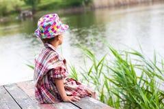 De jongen naast de rivier stock fotografie
