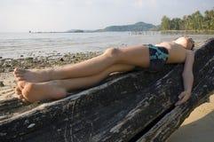 De jongen zonnebaadt Stock Foto