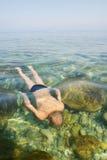 De jongen zwemt onder water in overzees Royalty-vrije Stock Afbeeldingen