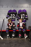 De Jongens die van de hockeyspeler Gekleed worden Royalty-vrije Stock Foto